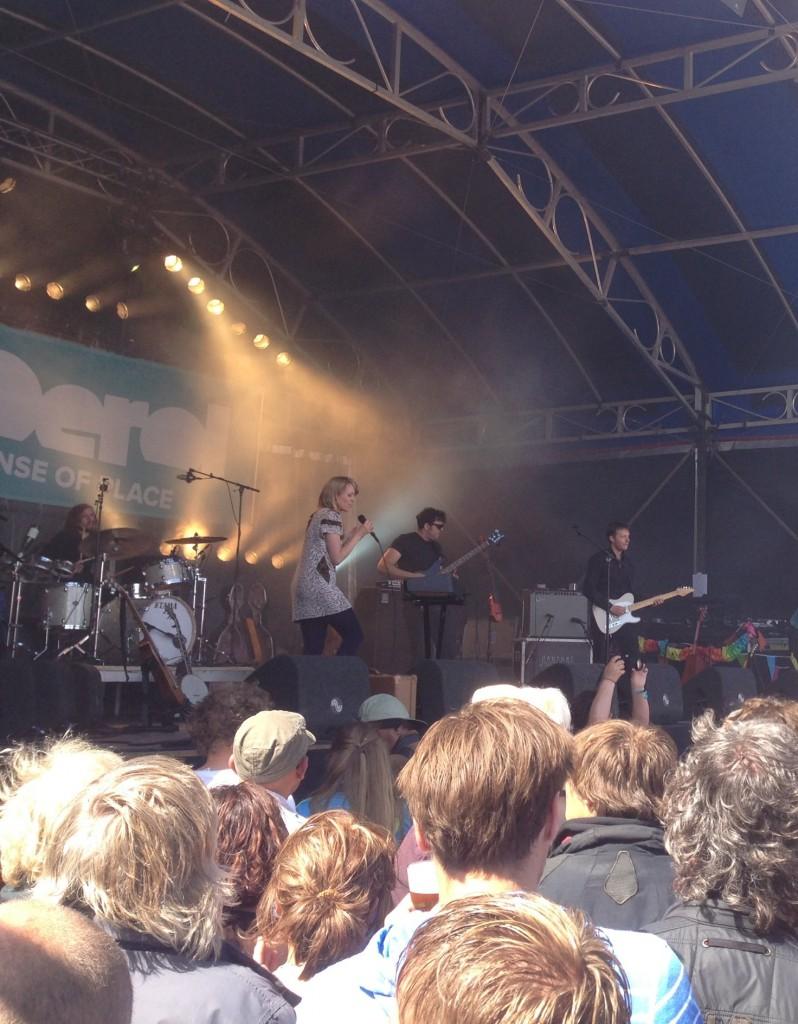 Het optreden van Janne Schra op het Groene Strand